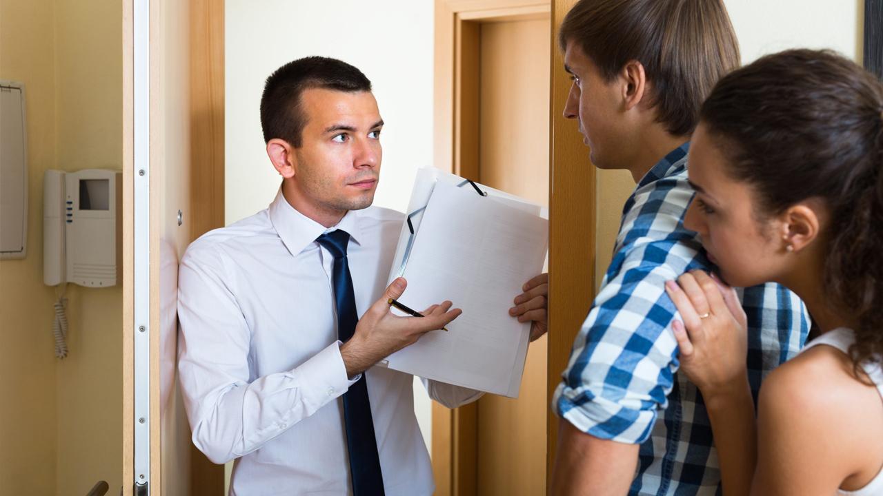 Предложили стать созаемщиком по ипотечному договору? Не торопитесть соглашаться. Изучите вопрос и примите взвешенное решение. А мы поможем разобраться, кто такой созаемщик, зачем он нужен, какие имеет права и обязанности. А также чем вы рискуете, становясь созаемщиком по ипотеке.  Созаемщики по ипотеке: кто это и зачем они нужны Многие знают, что человека, который берет кредит в банке, называют заемщиком. Если заемщик привлекает к сделке одного или более участников, то таких людей будут называть созаемщиками.  Часто заемщики привлекают дополнительных участников при оформлении ипотеки для покупки квартиры, дома или другого объекта недвижимости. Рассматривая заявку, банк учитывает платежеспособность созаемщика, а также их общий доход с заемщиком.  То есть если ваш созаемщик имеет достаточно высокую зарплату, то это станет веским аргументом для увеличения суммы кредита. Благодаря привлеченным участникам с хорошими доходами банк может заметно снизить процентную ставку по ипотеке.  Если у вас были серьезные задолженности по старым кредитам, то созаемщик с хорошей кредитной историей повысит шансы на одобрение вашей заявки. Банк рассчитывает на то, что привлеченный участник проследит за исполнением обязательств по договору. Иначе кредитная история испортится и у созаемщика.  Внимание! Заемщик не может привлечь большое количество дополнительных участников сделки в надежде получить низкий процент или как можно большую сумму займа. Созаемщиками по ипотеке могут выступать не более трех физлиц.  Чем отличается созаемщик от поручителя Казалось бы, и поручитель, и созаемщик гарантируют банку, что ипотечный кредит будет погашен в указанный договором срок. Но, в отличие от созаемщика, поручителя не будут беспокоить из-за просрочки платежей. Его подключают, когда заемщик прекращает выполнять свои обязательства и перестает выходить на связь.  Основные отличия созаемщика от поручителя  Поручитель  — Не имеет прав на ипотечное жилье. Но может стать залогодержателем, если погасит задолж